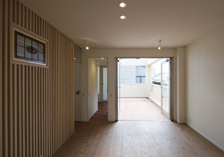 京都市U邸LDKからテラスを見る
