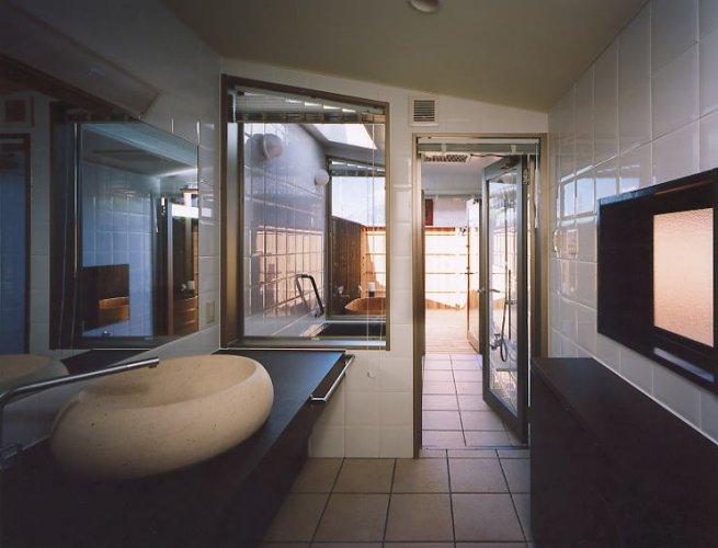 長浜市K邸洗面から浴室を見通す