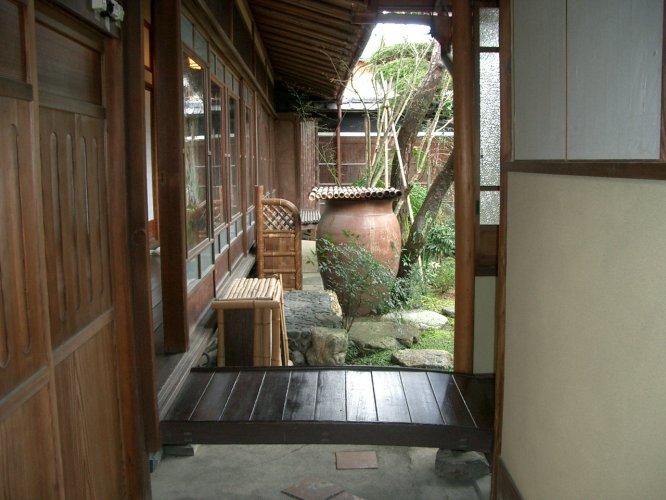近江八幡市O邸渡り通路越しに見る庭